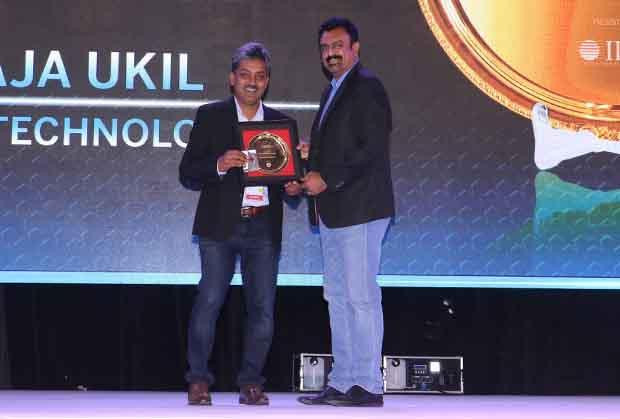 Hall of Fame: Raja Ukil, CIO at Wipro receives the CIO100 Special Award for 2017 from Leo Joseph, Senior Director-Enterprise Sales and Solutions, Hewlett Packard
