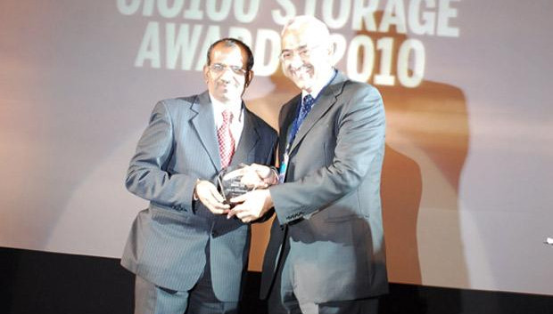 Information Mastermind: S Ramasamy, Executive Director-IS at Indian Oil Corporation (IOCL) receives the CIO100 Special Award for 2010 from Manoj Chugh, President, India and SAARC, Director Global Accounts-APJ, EMC