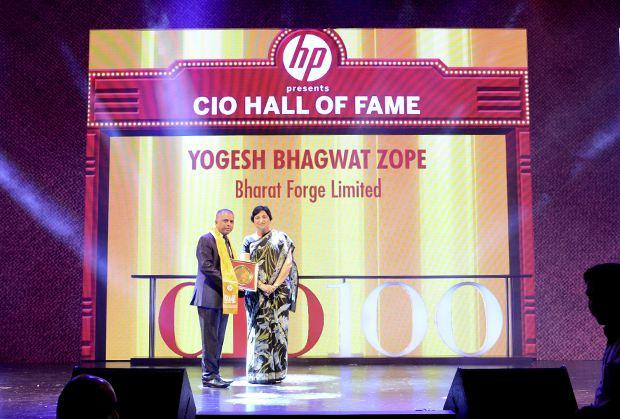 Hall of Fame: Yogesh Zope, Group CIO, Bharat Forge receives the CIO100 Special Award for 2013 from Neelam Dhawan, MD, HP India.