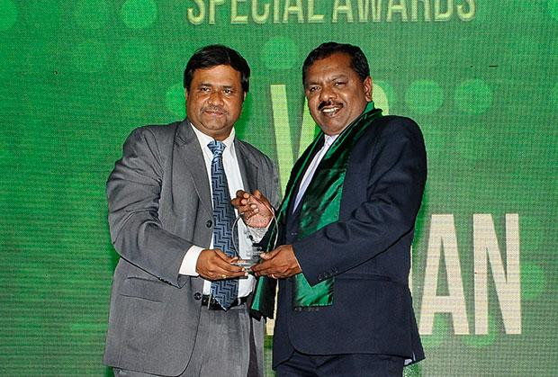 Green Crusader: VC Kumanan, Sr. Director-IT, Infrastructure Development Finance Corporation (IDFC) receives the CIO100 Special Award for 2012 constituted in association with Schneider Electric
