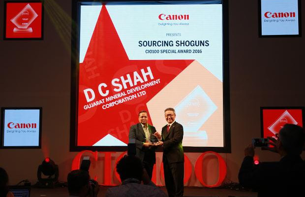 Sourcing Shogun: D Shah, GM-IT of GMDC receives the CIO100 Special Award for 2016 from Kazutada Kobayashi, CEO and President, Canon India