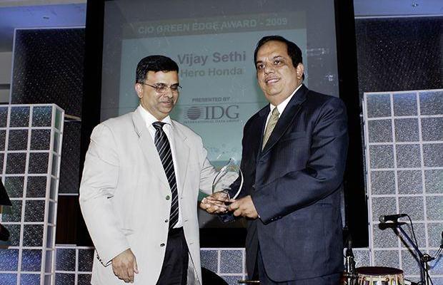 Green Edge: Vijay Sethi, VP & CIO of Hero MotoCorp receives the CIO100 Special Award for 2009 from Sudhir Sethi, Chairman & MD, IDG Ventures India.