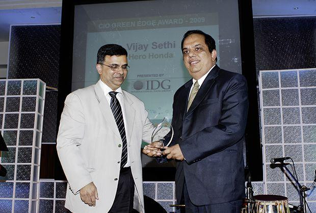 Green Edge: Vijay Sethi, VP & CIO of Hero MotoCorp receives the CIO100 Special Award for 2009 from Sudhir Sethi, Chairman & MD, IDG Ventures India.
