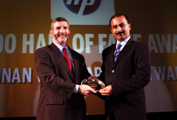 Hall of Fame: David Briskman, VP & CIO of Ranbaxy receives the CIO100 Special Award for 2010 from Prakash Krishnamoorthy, Country Manager, StorageWorks Division, Hewlett-Packard India