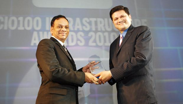 Infrastructure: M Suresh, Director at Hyundai Motor India receives receives the CIO100 Special Award for 2010 from Sanjay Jain, CEO, Tulip Telecom