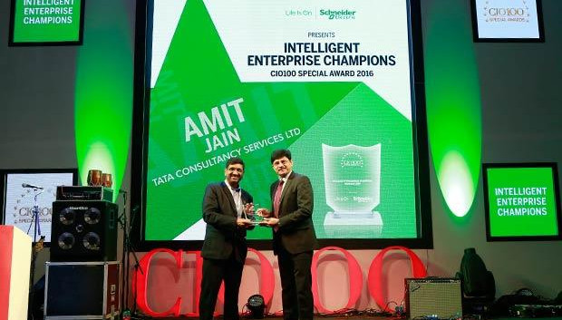 Intelligent Enterprise Champion: Amit Jain, Global Head-Infrastructure Services of Tata Consultancy Services receives the CIO100 Special Award for 2016 from Nikhil Pathak, VP and Country GM-IT Business, India and SAARC, Schneider Electric