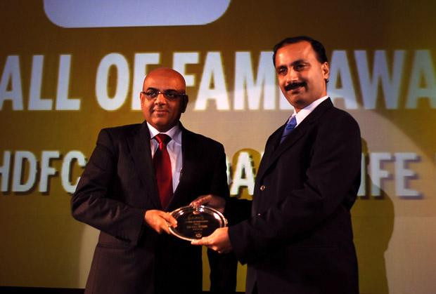 Hall of Fame: Sunil Rawlani, EX. EVP of HDFC Life Insurance receives the CIO100 Special Award for 2010 from Leo Joseph, Senior Director-Enterprise Sales and Solutions, Hewlett Packard