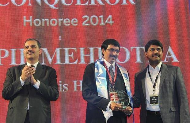 Cloud Conqueror: Kapil Mehrotra, Head IT, Artemis Hospital receives the CIO100 Special Award for 2014 from Anil Valluri, President, NetApp India & SAARC