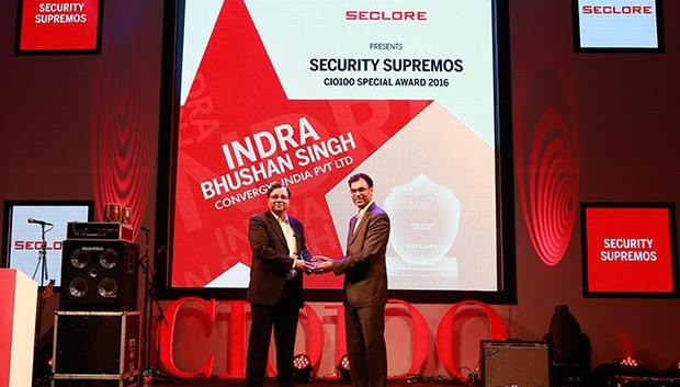 Security Supremo: Indra Bhushan Singh, Director-Network, Convergys India receives CIO100 Special Award for 2016 from Amit Malhotra, VP-Sales, India and Middle East, Seclore
