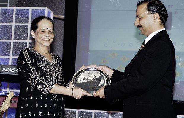 Hall of Fame: Nishi Vasudeva, EVP & Chairman of Hindustan Petroleum receives the CIO100 Special Award for 2009 from Prakash Krishnamoorthy, Country Head, HP Storage Works