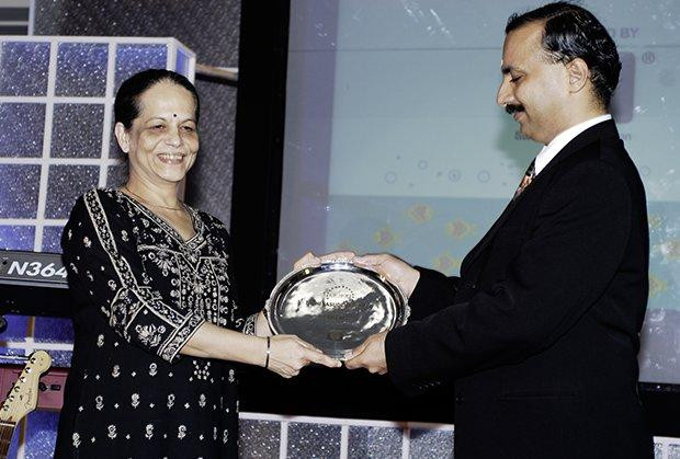 Hall of Fame: Nishi Vasudeva, EVP & Chairman of Hindustan Petroleum receives the CIO100 Special Award for 2009 from Prakash Krishnamoorthy, Country Head, HP Storage Works
