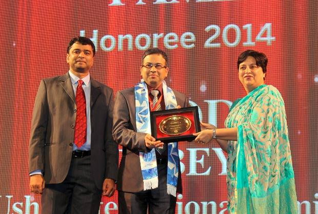 Hall of Fame: Subodh Dubey, Group CIO & Sr. VP- IT of Usha International receives the CIO100 Special Award for 2014 from Neelam Dhawan, MD, HP India