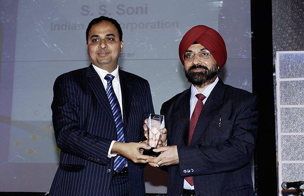 Innovation: Swaranjit S Soni, CIO at Indian Oil Corporation (IOCL) receives the CIO100 Special Award for 2009 from Anand Sankaran, SVP and Business Head, India and Middle East, Wipro