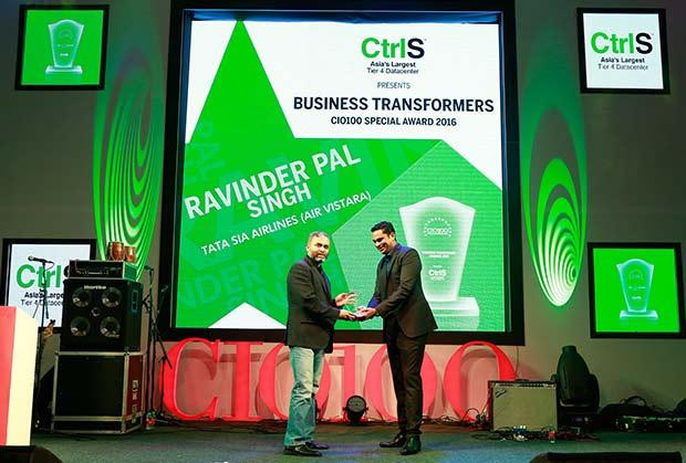 Business Transformer: Ravinder Pal Singh, CIO and SVP-Innovation at Tata Sia Airliners (Vistara) receives the CIO100 Special Award for 2016 from Sridhar Pinnapureddy, Chairman and MD, CtrlS