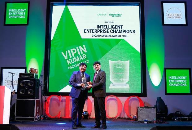 Intelligent Enterprise Champion: Vipin Kumar, Group CIO of Escorts receives the CIO100 Special Award for 2016 from Nikhil Pathak, VP and Country GM-IT Business, India and SAARC, Schneider