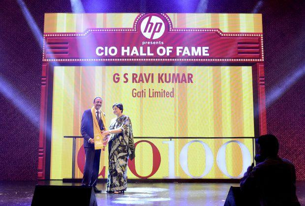 Hall of Fame: G S Ravi Kumar, CIO of Gati receives the CIO100 Special Award for 2013 from Neelam Dhawan, MD, HP India