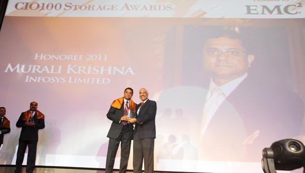 Information Mastermind: Muralikrishna K, Sr. VP Group Head-Computer, Infosys receives the CIO100 Special Award for 2011 from Manoj Chugh, President, India and SAARC, Director Global Accounts-APJ, EMC