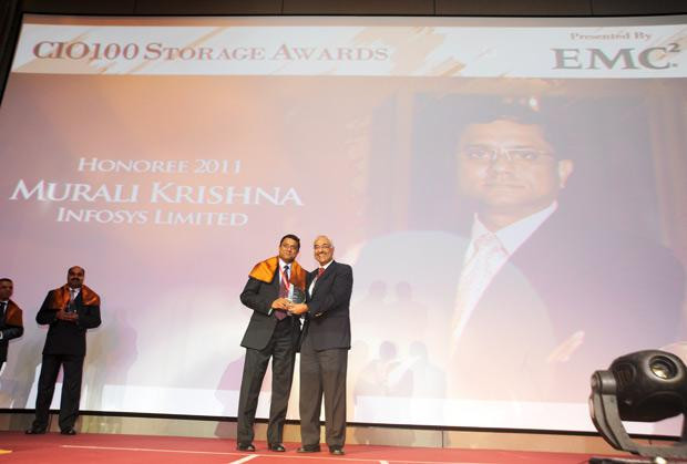 Information Mastermind: Muralikrishna K, Sr. VP Group Head-Computer, Infosys receives the CIO100 Special Award for 2011 from Manoj Chugh, President, India and SAARC, Director Global Accounts-APJ, EMC