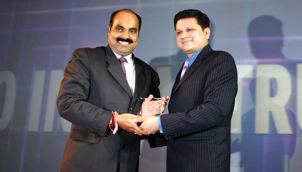 Infrastructure: Jayantha Prabhu, CTO, Essar Group receives the CIO100 Special Award for 2010 from Sanjay Jain, CEO, Tulip Telecom.