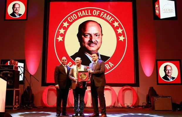 Hall of Fame: Rajesh Chopra, Sr. VP IT of EHI- The Oberoi Hotels & Resorts receives the CIO100 Special Award for 2016 from Arvind Gupta, CEO at MyGov.