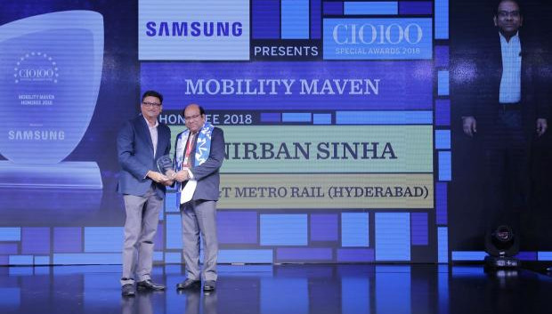 Mobility Maven: Anirban Sinha, Head-IT, L&T Metro Rail (Hyderabad), receives the CIO100 special award for 2018 from Sukesh Jain, Senior Vice President, Samsung Electronics