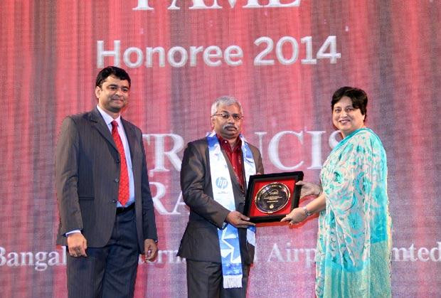 Hall of Fame: S Francis Rajan, VP - ICT of Bangalore International Airport (BIAL) receives the CIO100 Special Award for 2014 from Neelam Dhawan, MD, HP India.