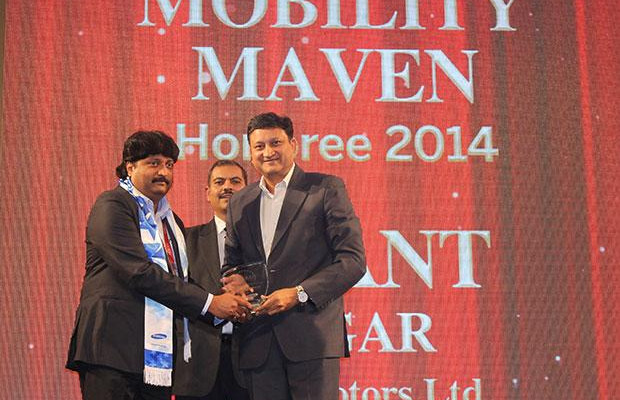 Mobility Maven: Jayant Magar, VP-IT and Group CIO of AMW Motors receives the CIO100 Special Award for 2014 from Sukesh Jain, VP-Enterprise Business Division, Samsung Enterprise Business