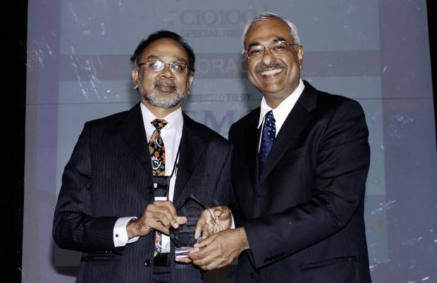 S Hariharan, Senior Vice President - IT at Oracle Financial Services Software receives the CIO100 Special Award for 2009 from Manoj Chugh, President EMC India and SAARC