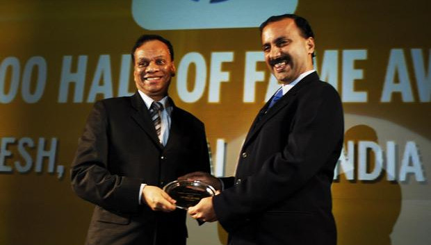 Hall of Fame: M Suresh, Director at Hyundai Motor India receives the CIO100 Special Award for 2010 from Prakash Krishnamoorthy, Country Manager, StorageWorks Division, Hewlett-Packard India
