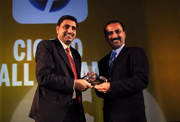 Hall of fame: Daya Prakash, Head-IT, LG Electronics India receives the CIO100 Special Award for 2010 from Prakash Krishnamoorthy, Country Manager, StorageWorks Division, Hewlett-Packard India