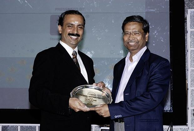 Hall of Fame: Arvind Tawde, Head-IT, Mahindra & Mahindra receives the CIO100 Special Award for 2009 from Prakash Krishnamoorthy, Country Head, HP Storage Works