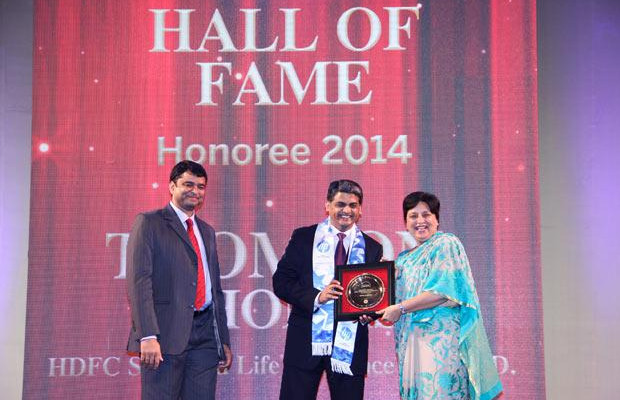Hall of Fame: Thomson Thomas, CIO of HDFC Life Insurance Co receives the CIO100 Special Award for 2014 from Neelam Dhawan, MD, HP India