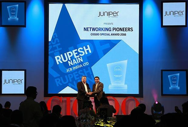 Networking Pioneer: Rupesh Nain, CIO of JCB India receives the CIO100 Special Award for 2016 from Sajan Paul, CTO, Juniper Networks-India and SAARC