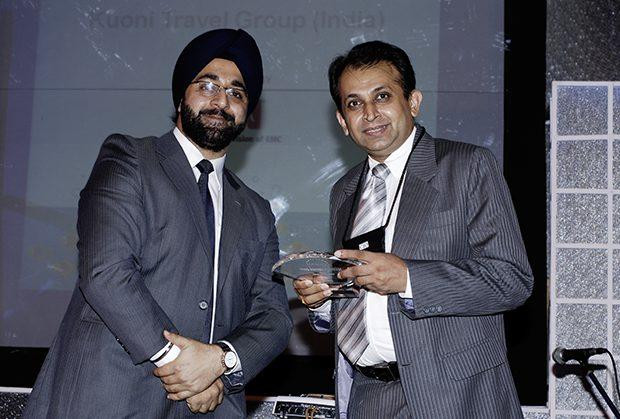 Security: Dhiren Savla, CIO of VFS Global receives the CIO100 Special Award for 2009 from Amuleek Bijral, Country Manager, India & SAARC, RSA