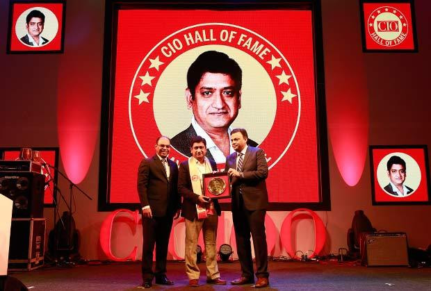 Hall of Fame: Sayed Peerzade, VP-Technology of Reliance Big Entertainment receives the CIO100 Special Award for 2016 from Arvind Gupta, CEO at MyGov