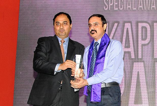 Innovation Architect: Kapil Pal, Head IT of Pepsico India receives the CIO100 Special Award for 2012 from Anand Sankaran, Senior VP and Business Head, Wipro