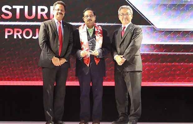 Sourcing Shogun: Kasturi Satyanarayana, CIO of Essar Projects India receives the CIO100 Special Award for 2017 from Kazutada Kobayashi, CEO and President, Canon India