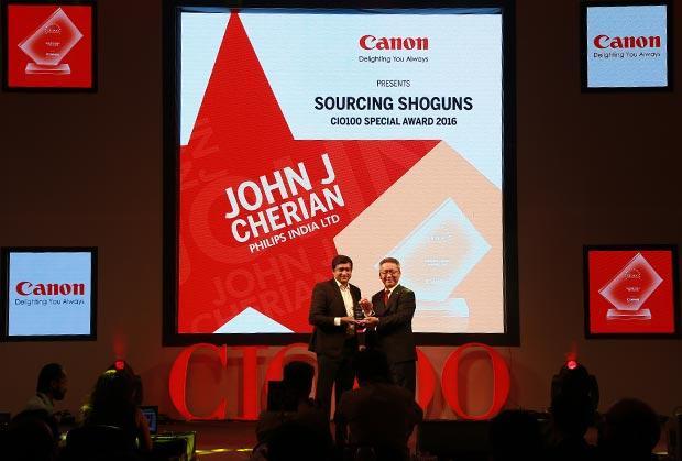 Sourcing Shogun: John J Cherian, Head of IT-India Market of Philips India receives the CIO100 Special Award for 2016 from Kazutada Kobayashi, CEO and President, Canon India