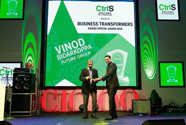 Business Transformer: Vinod Bidarkoppa, Group CIO and Senior Vice President, Future Group receives the CIO100 Special Award for 2016 from Sridhar Pinnapureddy, Chairman and MD, CtrlS.