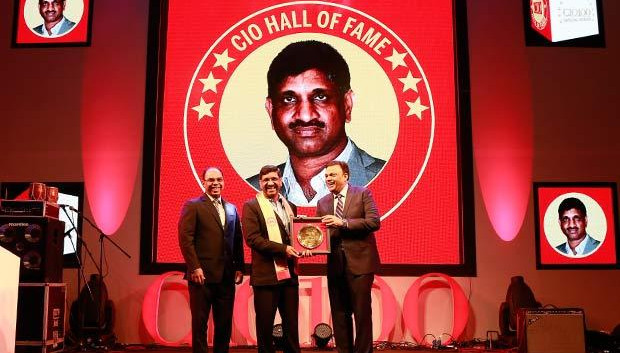 Hall of Fame: Amit Jain, Global Head-Infrastructure Services of Tata Consultancy Services receives the CIO100 Special Award for 2016 from Arvind Gupta, CEO at MyGov