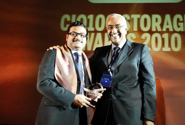 Storage: Amit Gupta, VP-IT of Fidelity Business Services India receives the CIO100 Special Award for 2010 from Manoj Chugh, President, India and SAARC, Director Global Accounts-APJ, EMC
