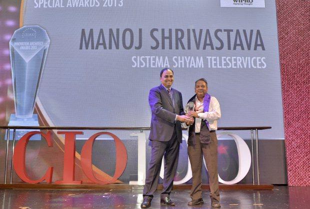 Innovation Architect: Manoj Shrivastava, Director-IT of Sistema Shyam Teleservices receives the CIO100 Special Award for 2013 from Anand Sankaran, Senior VP and Business Head, Wipro