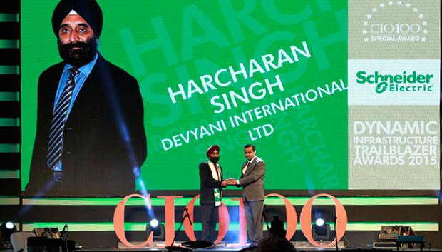 Dynamic Infrastructure Trailblazer: Harcharan Singh, Director-IT, Devyani International receives the CIO100 Special Award for 2015 from Aniket Patange, Director-Datacenter Lifecycle Services, Schneider Electric IT Business