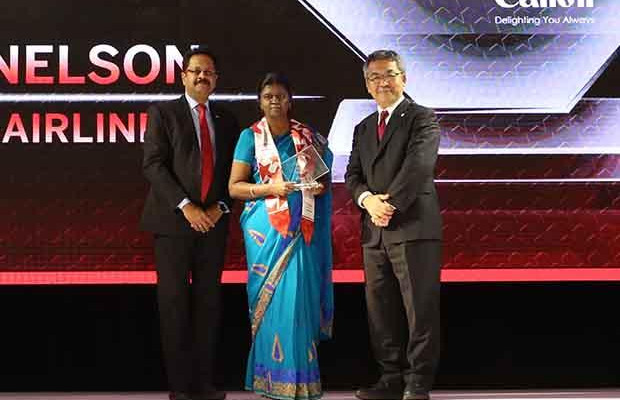 Sourcing Shogun: Glory Nelson, Senior VP-IT of SpiceJet receives the CIO100 Special Award for 2017 from Kazutada Kobayashi, CEO and President, Canon India.