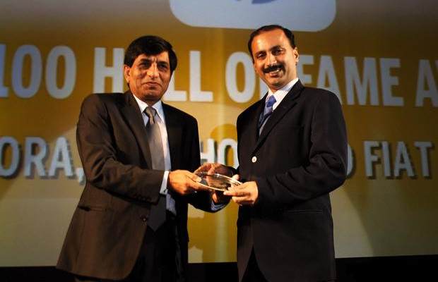 Hall of Fame: Avinash Arora, Director- Supply Chain Management at New Holland Fiat (India) receives the CIO100 Special Award for 2010 from Prakash Krishnamoorthy, Country Manager, StorageWorks Division, Hewlett-Packard India