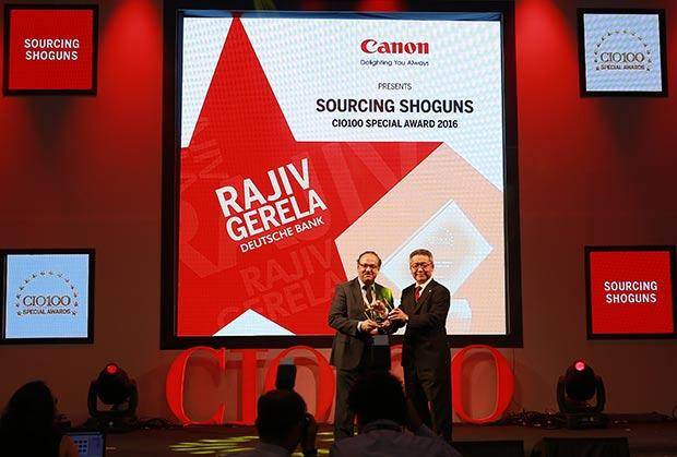 Sourcing Shogun: Rajiv Gerela, VP-Global Technology of Deutsche Bank receives the CIO100 Special Award for 2016 from Kazutada Kobayashi, CEO and President, Canon India