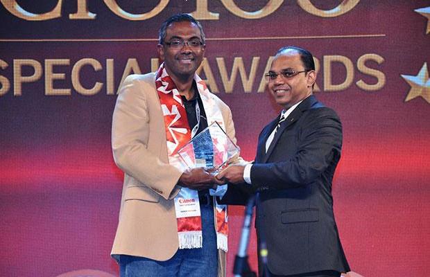 Cloud Conqueror: V Balaji, CIO of Tata Technologies receives the CIO100 Special Award for 2014 from Anil Valluri, President India & SAARC, NetApp