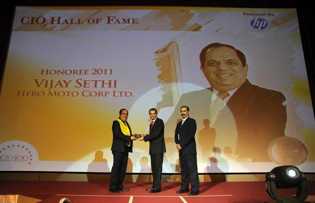 Hall of Fame: Vijay Sethi, VP & CIO of Hero MotoCorp receives the CIO100 Special Award for 2011 from Prakash Krishnamoorthy, Country Manager, HP StorageWorks India