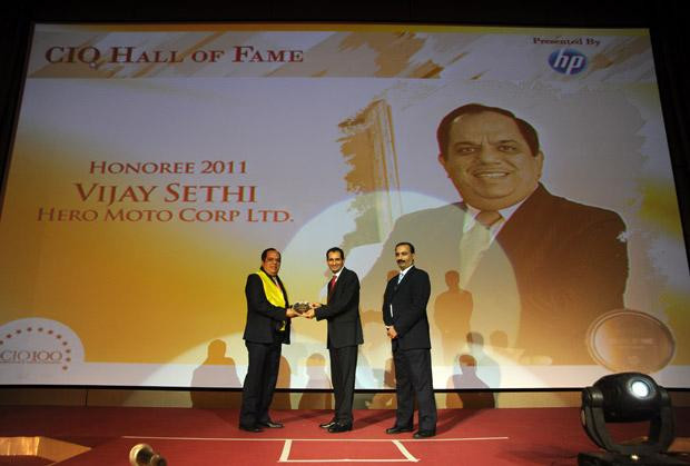 Hall of Fame: Vijay Sethi, VP & CIO of Hero MotoCorp receives the CIO100 Special Award for 2011 from Prakash Krishnamoorthy, Country Manager, HP StorageWorks India