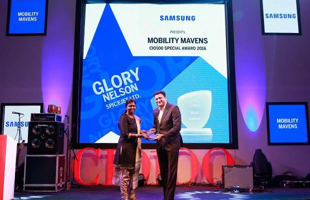 Mobility Maven: Glory Nelson, Senior VP-IT of SpiceJet receives the CIO100 Special Award for 2016 from Sukesh Jain, VP, Samsung.